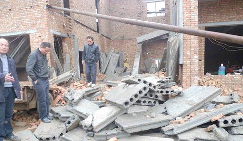 房屋随即坍塌,事故造成两人死亡.